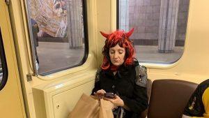 В Новосибирском метро проехалась женщина с рогами