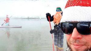 Праздничный заплыв на сап-бордах прошел в Новосибирске в новогодних костюмах и на сапах проплыли по реке