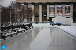 В Новосибирске выравнивают ковром каток перед оперным театром