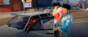 Дед Мороз-автоинспектор раздавал мороженое в центре Новосибирска