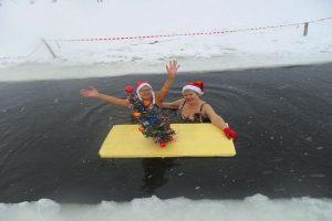 По Новосибирску пробежались полуголые Деды Морозы и Снегурочки