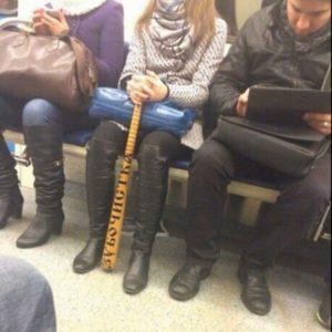 В Новосибирском метро девушка прокатилась с битой-зубочисткой
