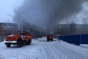 В Новосибирске загорелся мебельный склад