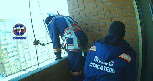 В Новосибирске годовалая девочка заперла маму на балконе