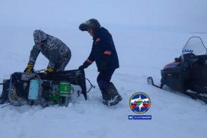 Спасатели оказали помощь рыбаку, увязшему в сугробе