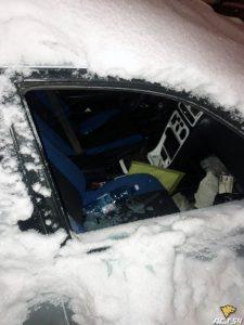 В автомобиле-«подснежнике» разбили стекло