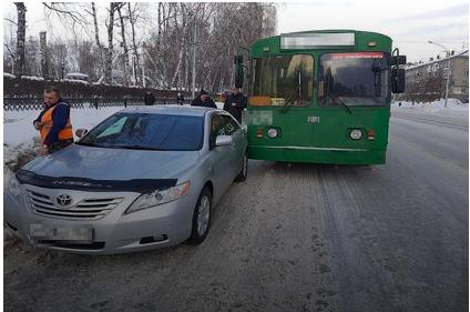 ДТП в Новосибирске: троллейбус протаранил припаркованную легковушку
