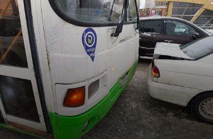 В Новосибирске на светофоре столкнулись иномарка и автобус