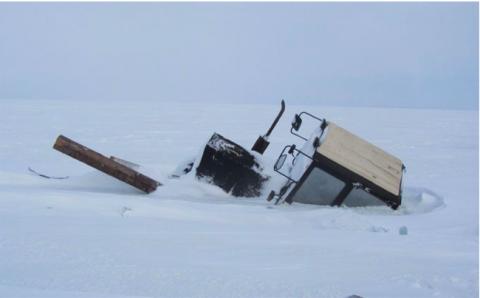 В Новосибирской области трактор с вагончиком провалился под лед