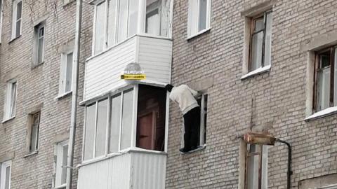 Новосибирец залез в свою квартиру через окно