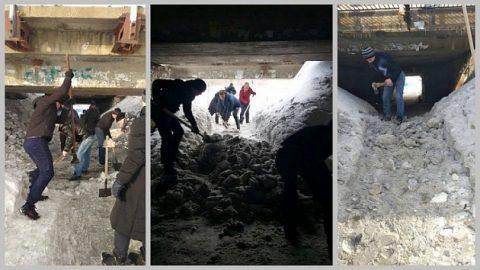 В городе Обь жители топорами и лопатами прорубили проход под мостом
