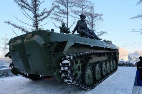 В Новосибирске поставили памятник с БМП и военными