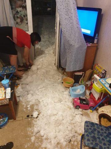 Коммунальщики Новосибирска сбросили снег с крыши прямо в квартиру