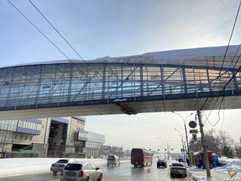 В Новосибирске снег упал с пешеходных переходов и повредил автомобили