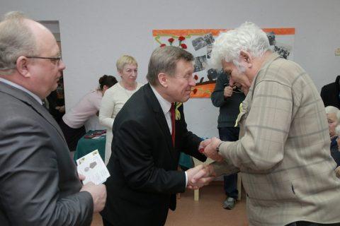 В Новосибирске вручают медали ветеранам войны и блокадникам
