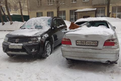 В Новосибирске на Костычева снег с крыши разбил две машины
