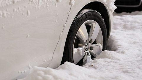 Несколько машин пробили колеса в Новосибирске на площади Труда