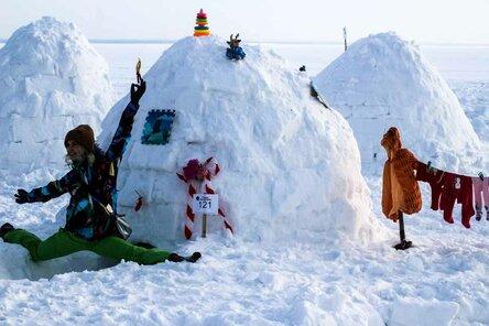 Фестиваль иглу прошел на пляже в Новосибирске
