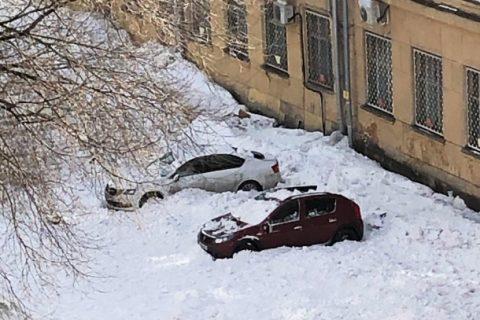 В Новосибирске три машины пострадали из-за снега