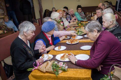 «ДоброДомик» доставит продукты пенсионерам Новосибирска на дом