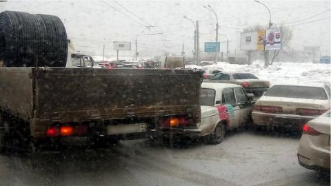 В Новосибирске  ДТП с грузовиком заблокировало въезд на мост