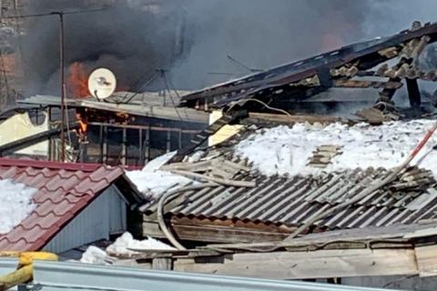 В Новосибирске сгорел частный дом с газовыми баллонами