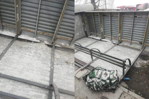 Из-за  шторма в Новосибирске падают остановки и провисают знаки