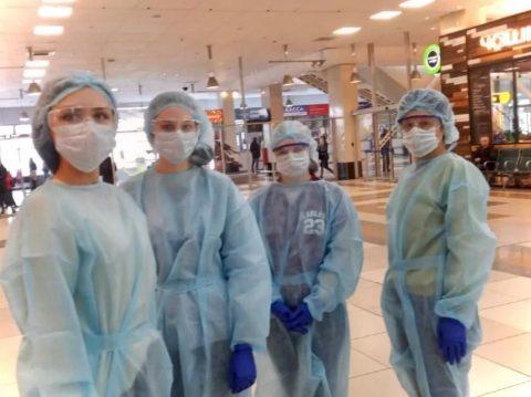 Волонтеры встречают пассажиров в аэропорту Толмачёво