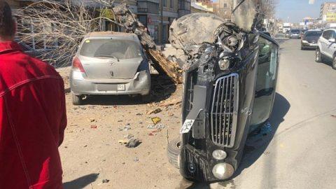Новосибирец на Мерседесе врезался в дерево и повредил «Тойоту»