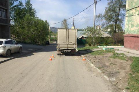 В Новосибирске грузовик сбил 6-летнюю девочку