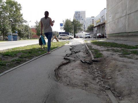В Бердске вспучило тротуар на улице Кирова