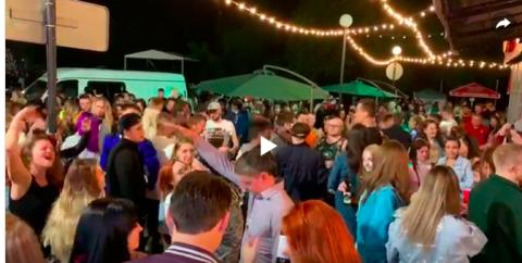 В центре Новосибирска горожане устроили массовую вечеринку
