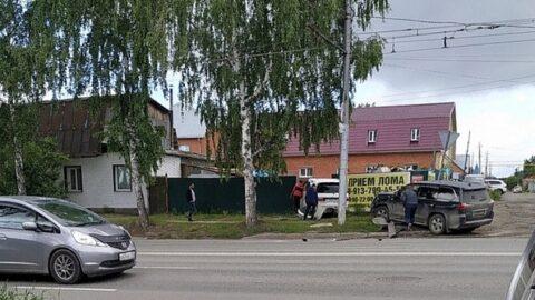 Микроавтобус влетел в забор в Новосибирске