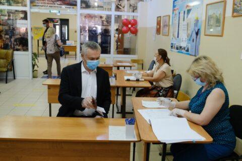 Губернатор Андрей Травников проголосовал по поправкам в Конституцию