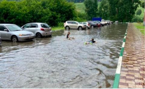 В Новосибирске сильный ливень затопил улицы