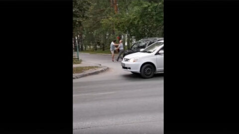 В Академгородке на дороге подрались двое водителей