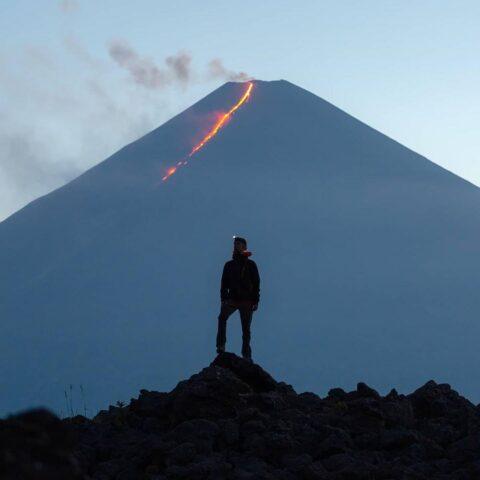 Извержение вулкана на Камчатке снял фотограф из Новосибирска