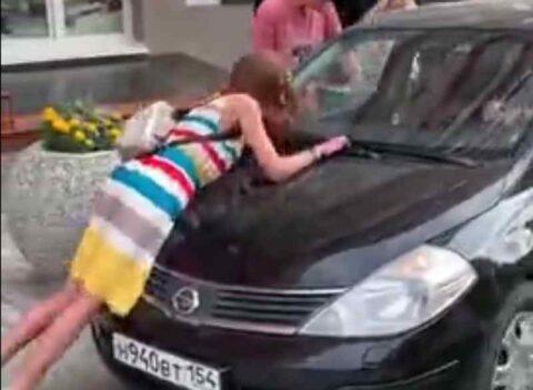 Водителя, прокатившего девушку на капоте в Новосибирске, нашли