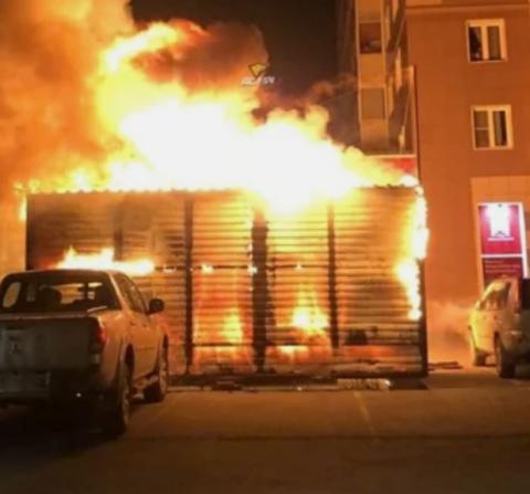 В Новосибирске сгорел фруктовый ларек
