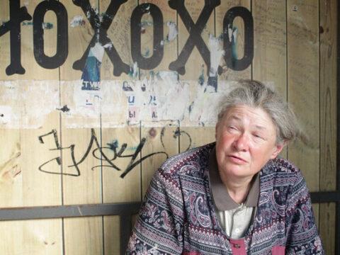 Бездомная женщина живет на новосибирской остановке уже 25 лет