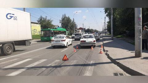 В Новосибирске женщину сбила «Волга» недалеко от «зебры»