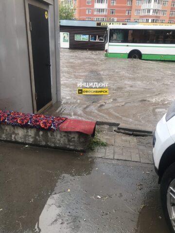 Сильный дождь с градом прошел в Новосибирске