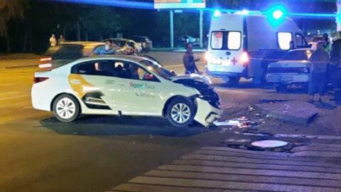 Такси с тремя пассажирами попало в ДТП в Новосибирске