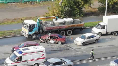 Массовое ДТП на Большевистской - столкнулись 8 автомобилей