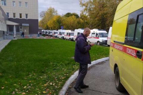 """Длинная очередь """"скорых"""" замечена возле одной из больниц Новосибирска"""