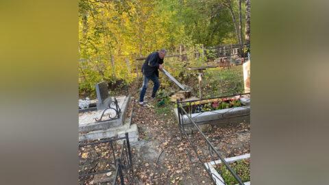 На Клещихинском кладбище в Новосибирске заметили вандала