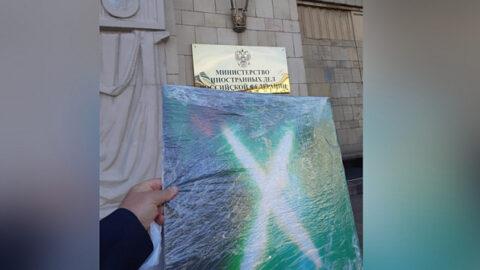 Новосибирский художник подарил МИДу России картину с руной