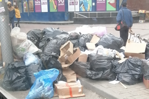 В Новосибирске на площади Калинина выросла огромная гора мусора