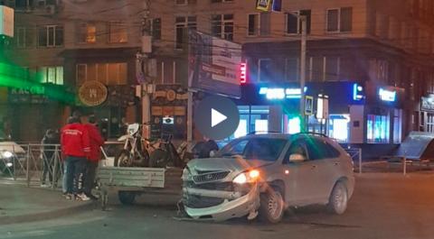 ДТП в Октябрьском районе Новосибирска: девушка вылетела из машины