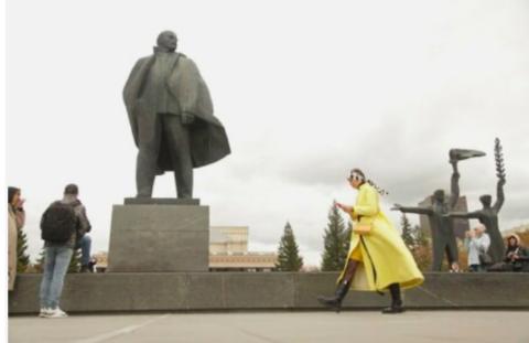 Дефиле в желтых оттенках прошло на улицах Новосибирска